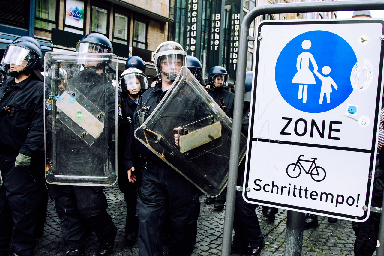 Protest, Leonhard Simon